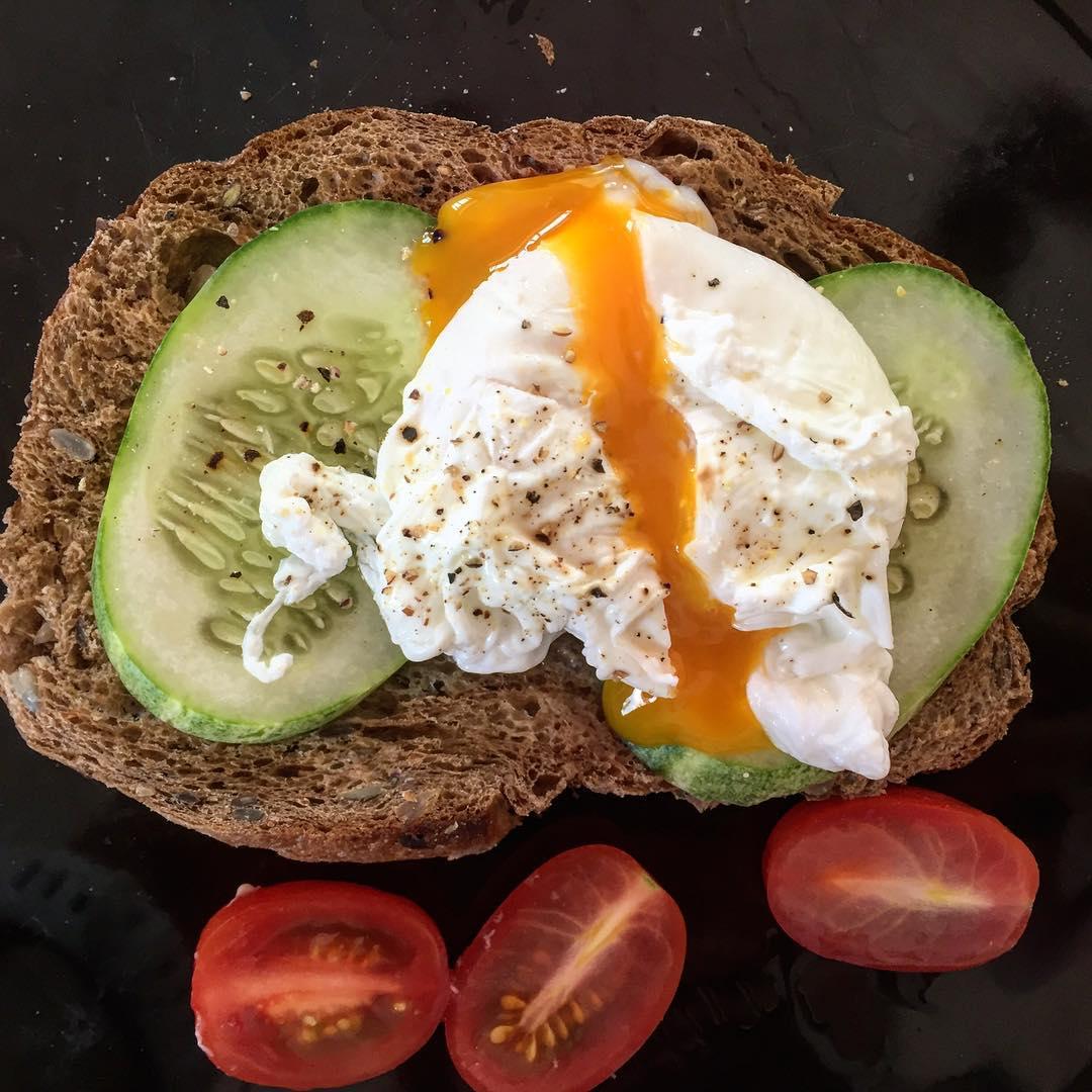 Элегантный завтрак от любимого мужа @alexfilatovcom Очень здорово ему удаются любые вариации с яйцами: омлеты, яичницы и яйца-пашот. На этот раз без вкуснейшего сливочного соуса, что и хорошо: уже с утра жара и особо нет аппетита.