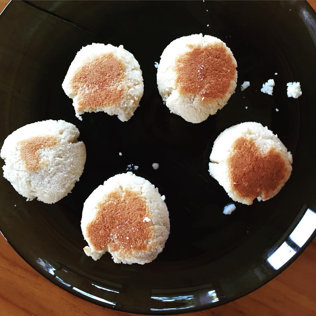 """Невероятно вкусная и нежная штука! Думаете, это сырнички?))) Нет, хотя очень похожи. Это - кокосовые печенья. Мой второй эксперимент, но не такой удачный, как первый, поскольку первый я даже не успела сфотографировать! Этот вариант - очень лёгкий, с нежным ароматом кокоса и лёгкой сладостью. ✍Рецепт (он примерный, пока я не купила мерный стакан, всё делаю """"на глазок""""). ✔️1 стакан кокосовой муки, ✔️1 стакан молока (можно обычного, можно кокосового или йогурт), ✔️1/4 стакана кокосового масла (холодный отжим!), ✔️3-4 яйца, ✔️4 чайных ложки кокосового сахара (или 1 чайная ложка порошка стевии), ✔️щепотка соли ✔️щепотка ванили (или несколько капель экстракта. Всё смешать, тщательно вымешать. Если получилось слишком густо, добавьте молока, но не спешите: мука ещё впитает влагу и станет объёмной. Слишком редко - добавьте муку. Из этой смеси приготовьте шарики, наподобие сырничков. Я выпекала в мультиварке на режиме """"выпечка"""", переворачивая их, чтобы подрумянились с двух сторон. Печенья получились очень рассыпчатыми, важно дать им немного остыть, чтобы не рассыпались. Вообще, я в восторге от кокосовой муки: 60% пищевых волокон, причём, нерастворимых! И полезные жиры. Ну что может быть лучше для девочки?Готовить с ней можно много чего, но важно приспособиться: мука очень волокнистая, гигроскопичная. В ней вообще нет клейковины, поэтому требуется больше яиц. А вы уже пробовали готовить с кокосовой мукой? Какие впечатления?"""