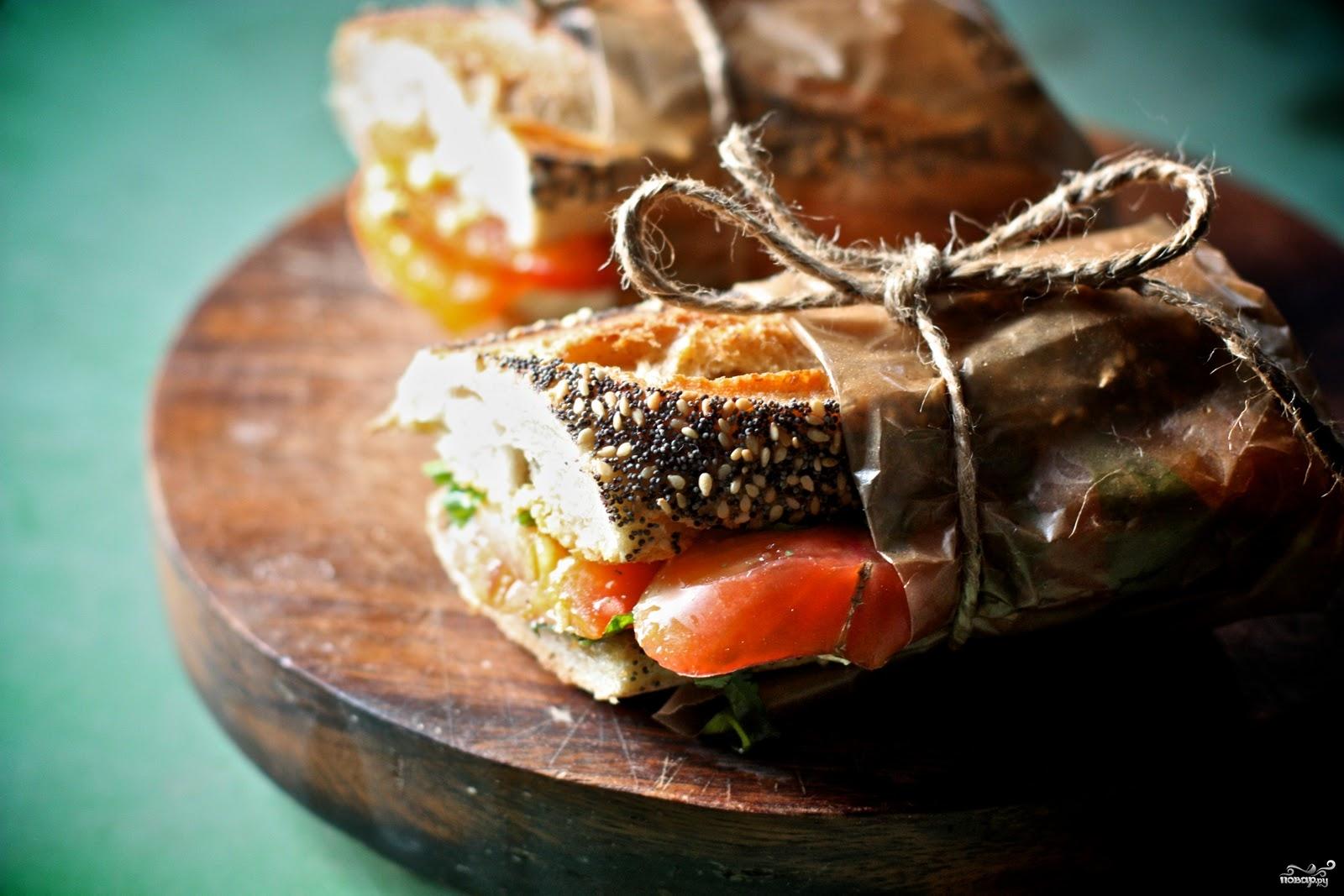 сэндвичи с помидорами, обвязанные верёвочкой