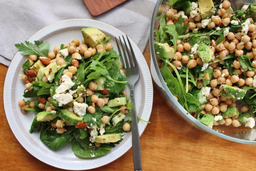 Салат с нутом, авокадо, оливками