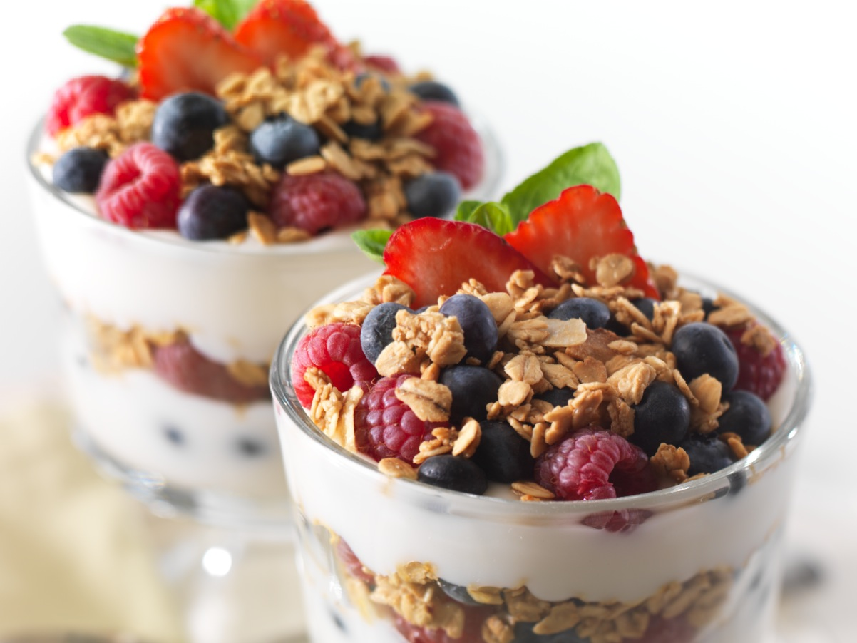 что есть после тренировки: йогурт с ягодами и мюсли