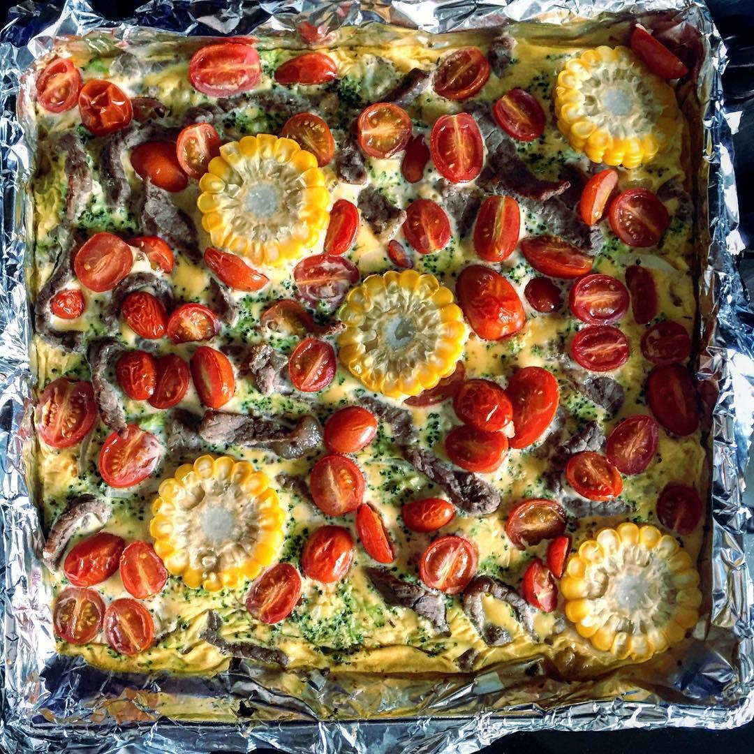 Омлето-пицца вам в ленту!  Помимо рецепта (ниже), у меня объявление. ⭐️Готово чудесное вкусное и экономное меню⭐️ 7️⃣дней 5️⃣приёмов пищи И сплошная экономия. Решит вашу головную боль, связанную с поисками здоровой и недорогой еды! Ах, да, и ещё - список продуктов, на которых НЕЛЬЗЯ экономить!   Заказывайте через директ или по активной ссылке в профиле.  ЦЕНА 50 грн А теперь - рецепт омлето-пиццы.  1️⃣Несколько яиц (например, из расчёта по 2-3 яйца на человека, или только белки) 2️⃣Брокколи, цветная капуста, репчатый лук, отварная кукуруза (можно брать замороженную). Другие овощи тоже приветствуются.  3️⃣Ваши любимые специи. У меня - итальянские травы (пицца, всё же). 4️⃣Основной ингредиент - говядина.  Вот тут маленькая ремарка: говядина была очень жёсткой, поэтому подойдите к выбору осознанно, возьмите кролика, птичку или рыбку.  1) Разогреваем духовку до 150 градусов.  2) Смешиваем вилочкой яйца и травы. Немного солим.  3) Готовим мясо- нарезаем кусочками и жёсткие овощи. Выкладываем на противень и немного запекаем, минут 10, до полуготовности. Вынимаем и перекладываем в мисочку.  4) Нарезаем все овощи, запечённые тоже, если нужно.  5) Выливаем яичную смесь на противень или в форму. Выкладываем начинку и отправляем в печь до готовности (10-20 минут в зависимости от размеров блюда и от духовки). О-ла-ла!) Кто хотел пиццу?