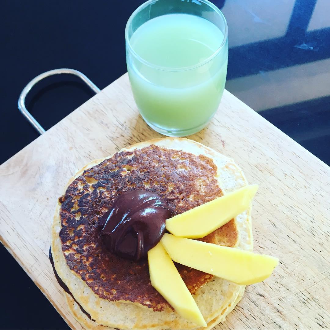 Сегодня у нас на завтрак были вкуснейшие овсяно-протеиновые блинчики с шоколадно-ореховым кремом. Надоела, приелась обычная овсянкм по утрам? Тогда скорее записывайте рецепт и кушайте на завтрак. Полезные продукты в интересной подаче идут на ура! ✔️1 стакан овсяных хлопьев (долгой варки) ✔️2 яйца (маленьких) ✔по ️2 ст.л муки из пшеницы твёрдых сортов и кокосовой муки (цельнозерновая тоже ок) ✔️4 ст.л протеина с ароматом ванили ✔️2 ч.л псиллиума (подходит любая растворимая клетчатка, например, льняной шрот). И ещё вам потребуется молоко или вода, чтобы довести смесь до желаемой консистенции. Всё смешиваем вилочкой и даём постоять для набухания. Крем. Смешиваем: ✔️1 ст.л. какао ✔️1 ст. л арахисовой пасты ✔️1 ст.л. мёда (лучше жидкий) и ✔️1 ст.л кокосового масла (подогрейте, должно быть жидким). Хорошенько размешиваем и подаём с блинчиками! Приятного аппетита!