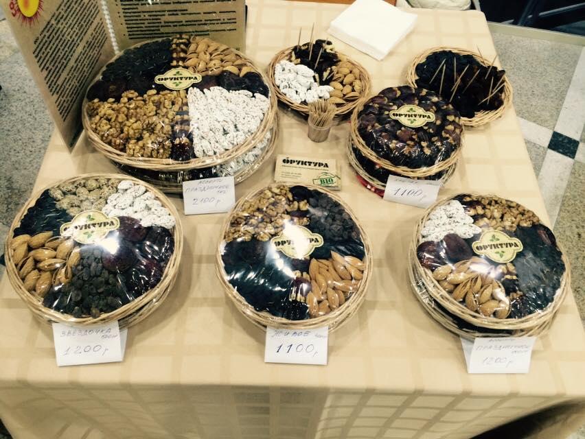 сухофрукты и орехи в корзиночках