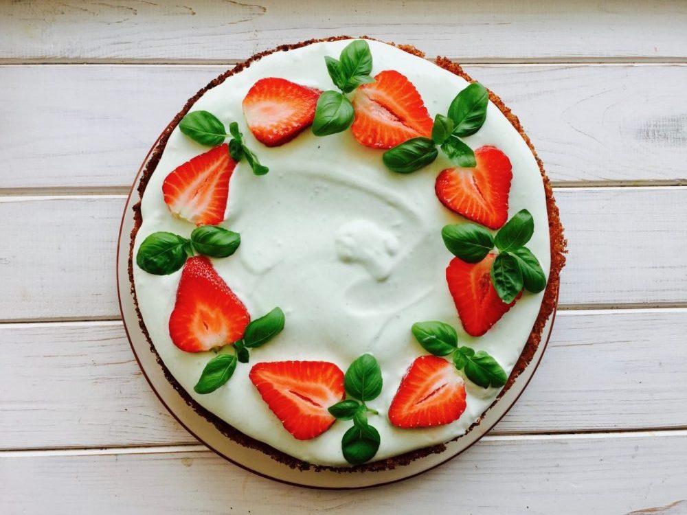Клубничный торт с кремом из базилика. Рецепт Лены Филатовой