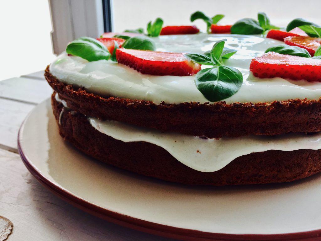 Клубничный торт с кремом из базилика, вид сбоку. Рецепт Лены Филатовой
