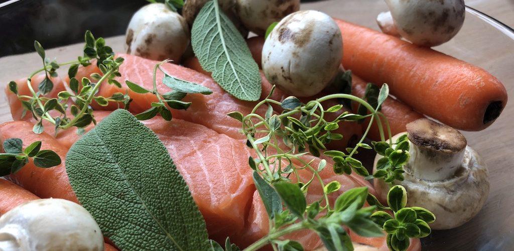 запеченная рыба с овощами и травами