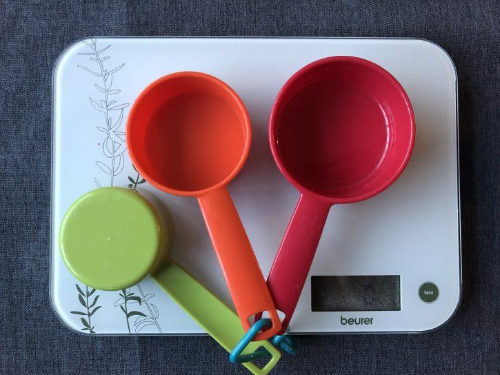 весы и мерные чашки